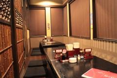 当店ではカウンター席でしっぽり飲むことも、テーブル、座敷で賑やかに飲むことも可能です。